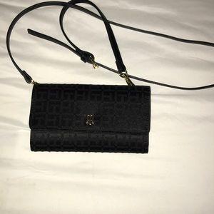 Black tommy Hilfigure shoulder purse